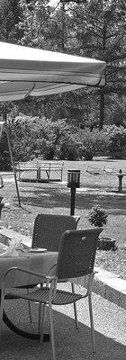 Sonnenschirm und Spielplatz